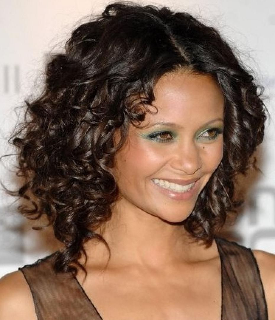 Shoulder Length Curly Hairstyles With Layers Curly Hairstyles For An Oval Face Hai Medium Curly Hair Styles Haircuts For Curly Hair Curly Hair Styles Naturally