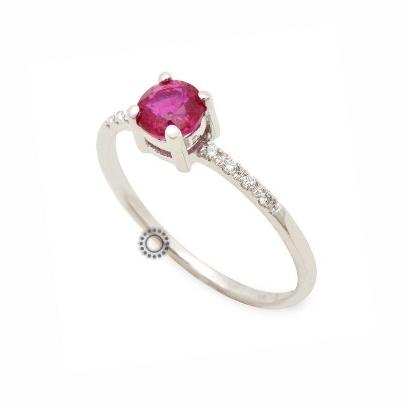 Λεπτό και μοντέρνο μονόπετρο δαχτυλίδι από λευκόχρυσο Κ18 με κόκκινη πέτρα  ρουμπίνι και μικρά διαμάντια στη f21b282765b