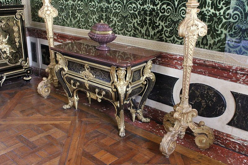 consola de boull con superficie p trea y taracea de bano con apliques dorados entre dos. Black Bedroom Furniture Sets. Home Design Ideas
