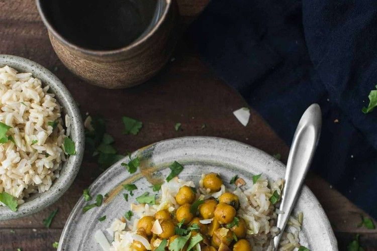 Here's an Easy Lunch with Turmeric Chickpeas and Brown Rice