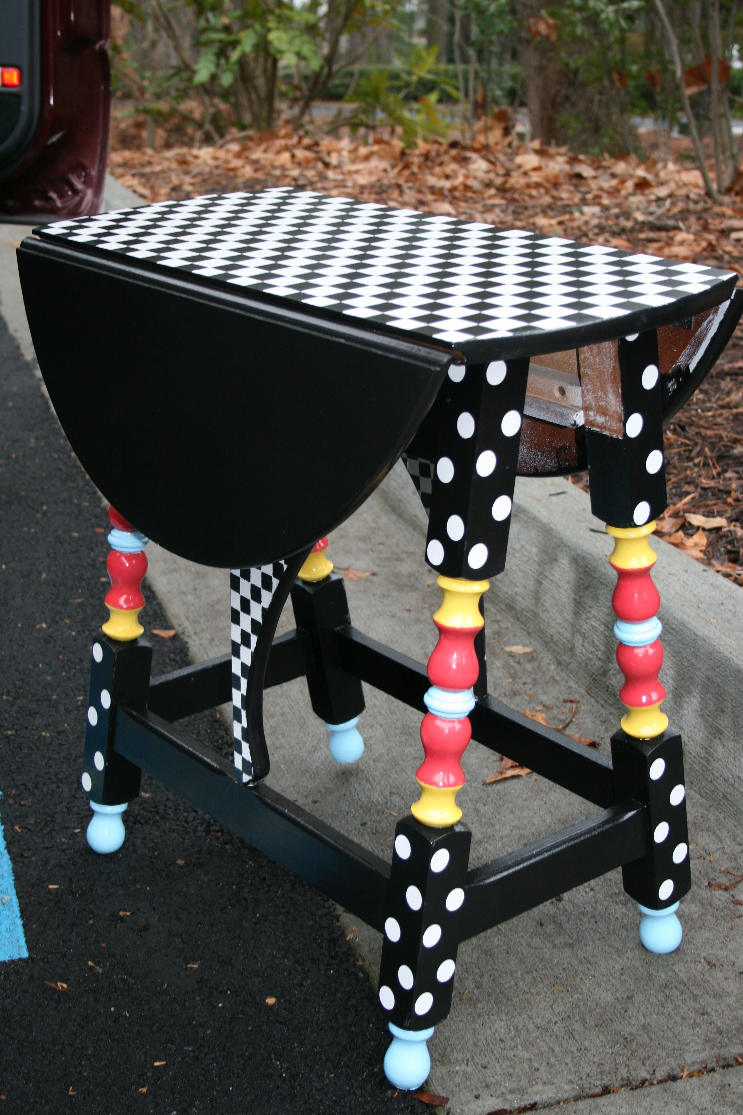 Find an old little table in a second hand or thrift store for Mobilia kitchen table