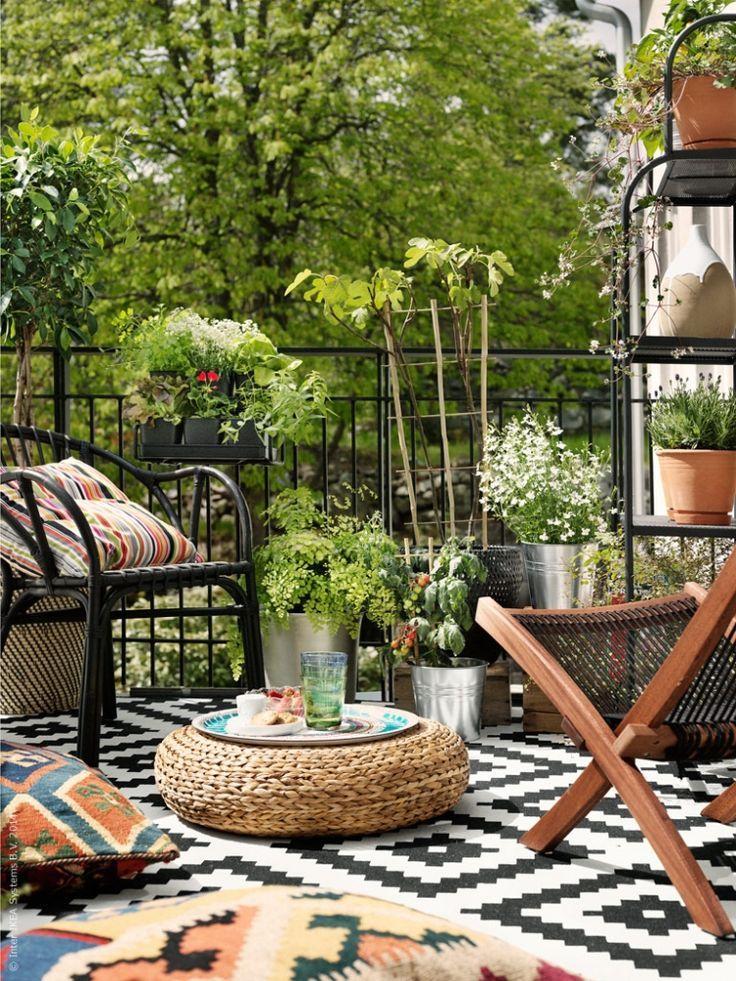 Outdoor Teppich mit Rautenmuster in schwarz und weiß - Lappljung Ruta von Ikea, gemütlicher Balkon, Balkon Gestaltung, Ideen für Balkon, Rustikaler Balkon, DIY Balkon #outdoorrugs