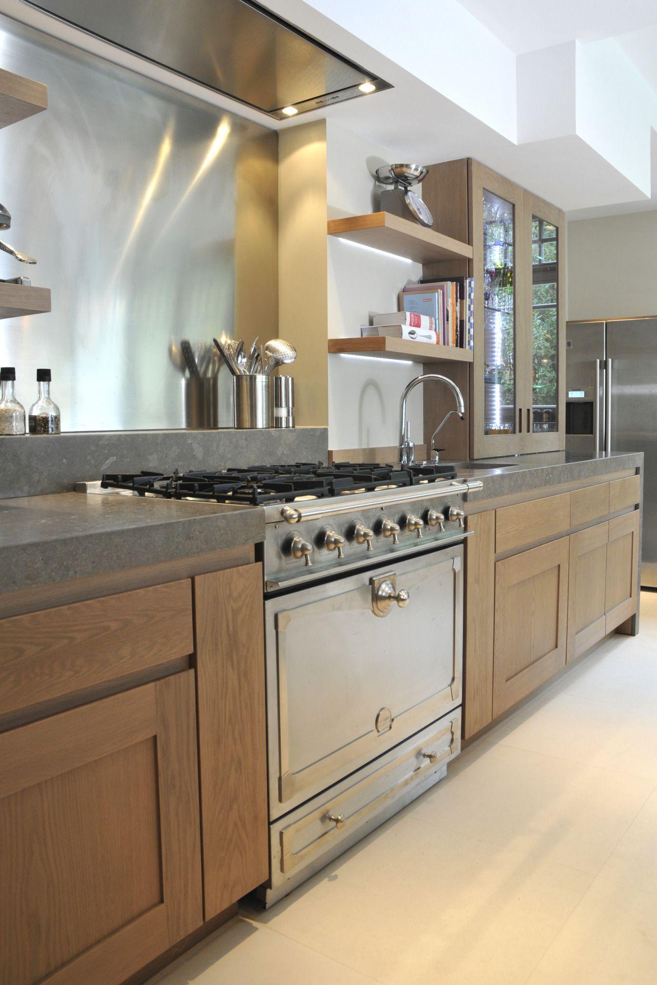 piano lacornue int gr dans une cuisine en ch ne cadre droit et prise de main am nagement. Black Bedroom Furniture Sets. Home Design Ideas