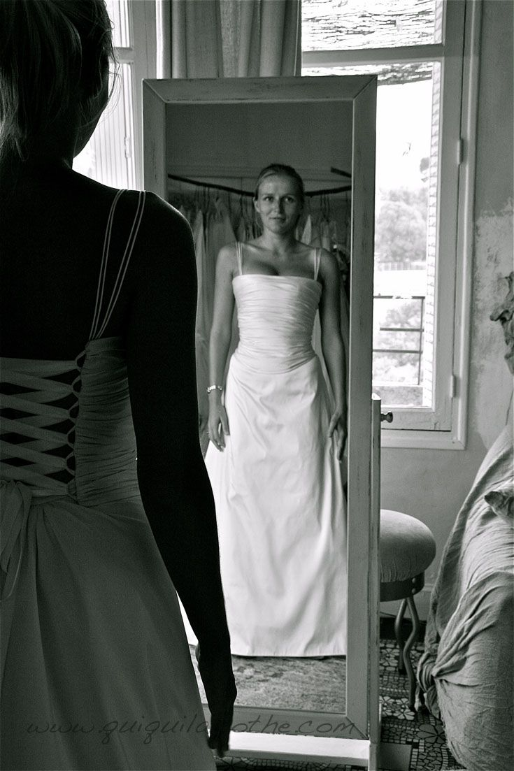 Robe bustier de mariée simple.