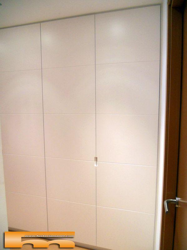 Armario empotrado lacado sin tirador con pico de gorrion - Puertas de armarios empotrados de diseno ...