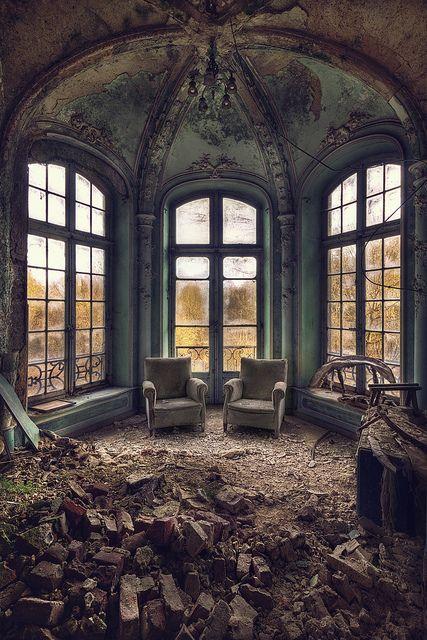 Vergessen. Zwei Stühle im Staub
