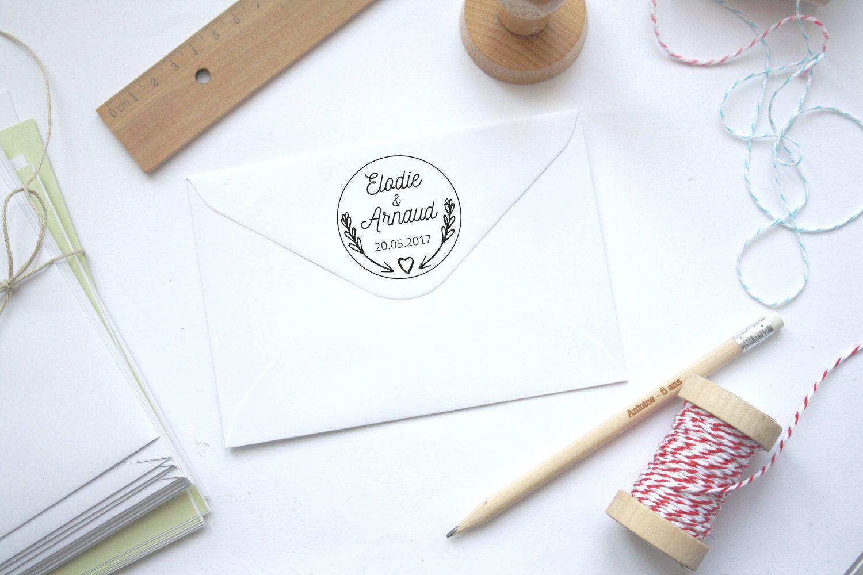 Tampon mariage personnalisé, personnalisation de faire-part enveloppe courrier, noms texte, motif fleuri champêtre coeurs, bois, forme ronde