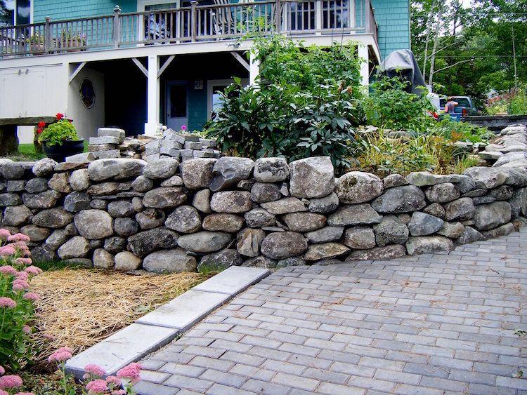 gartengestaltung-hanglage-steine-hochbeet-haus-gehweg-strauch, Garten ideen