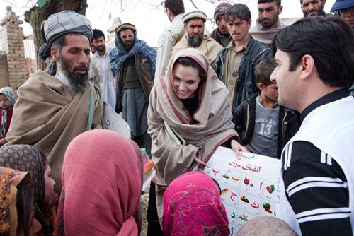 Angelina Jolie ha visitado por sorpresa, y por segunda vez, a los refugiados de Afganistán