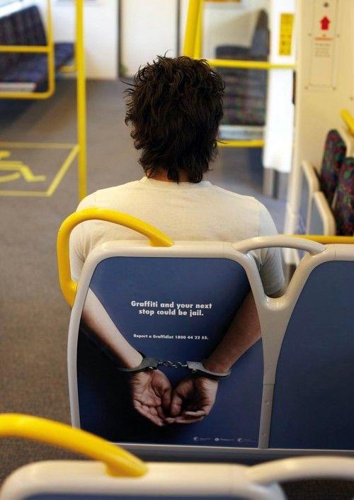 Campagne de street montrant les risques encourus pour les incivilités commises dans le bus