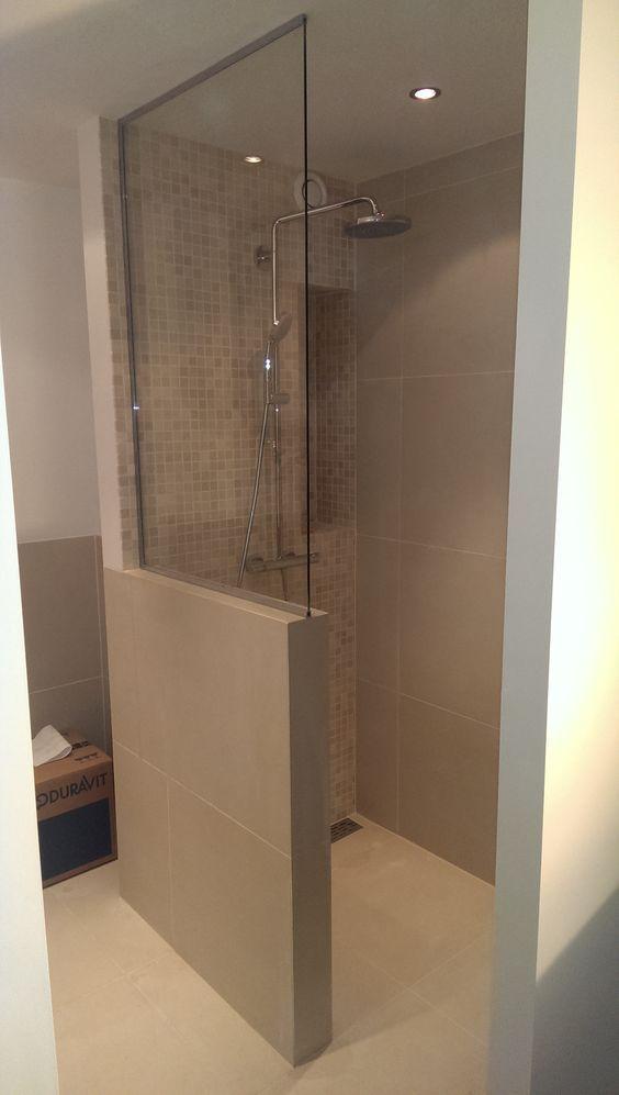 kleines badezimmer trennwand waschkonsole holz toilette braun - spots für badezimmer