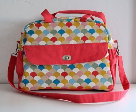 Enfin un sac à langer qui trouvera son utilité une fois que bébé a grandit ! Avec sa forme rétro, ses couleurs gaies et ses 6 poches, ce sac est vraiment pratique au quotidien - 20105947