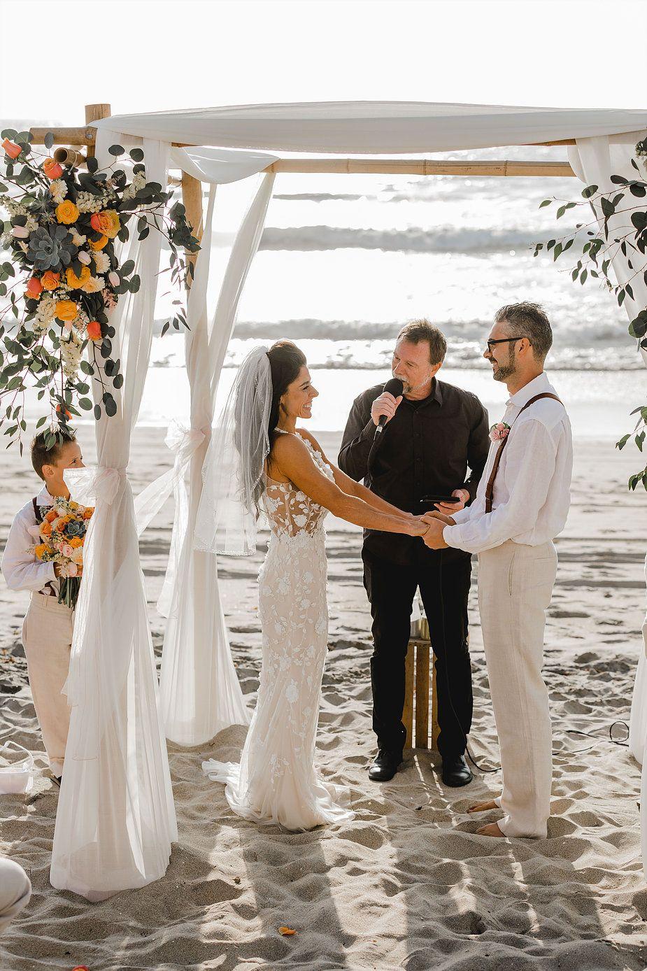 Den ganzen Artikel findet ihr auf thetruebride.com! Beach wedding ...
