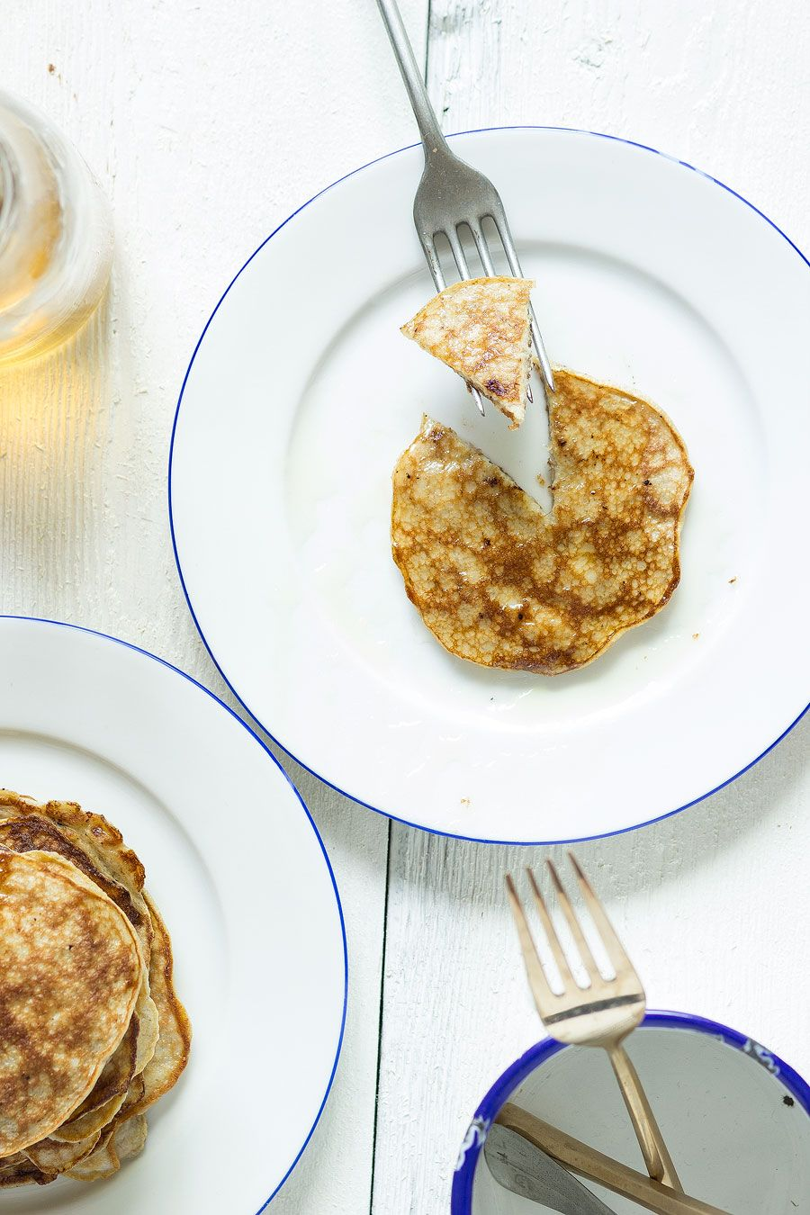 Banaan-ei-pannenkoekjes, gemaakt met alleen banaan en ei. Heerlijk ontbijt of lunch, lekker met wat vers fruit of een drupje honing.