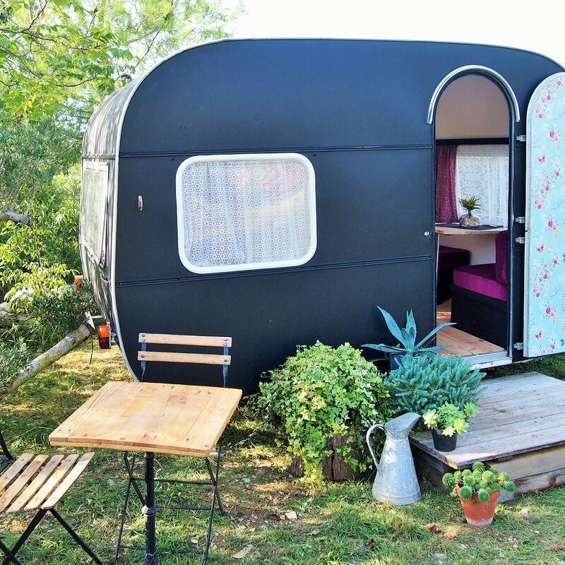 une petite pi ce en plus maison caravane pinterest caravan makeover retro caravan and. Black Bedroom Furniture Sets. Home Design Ideas
