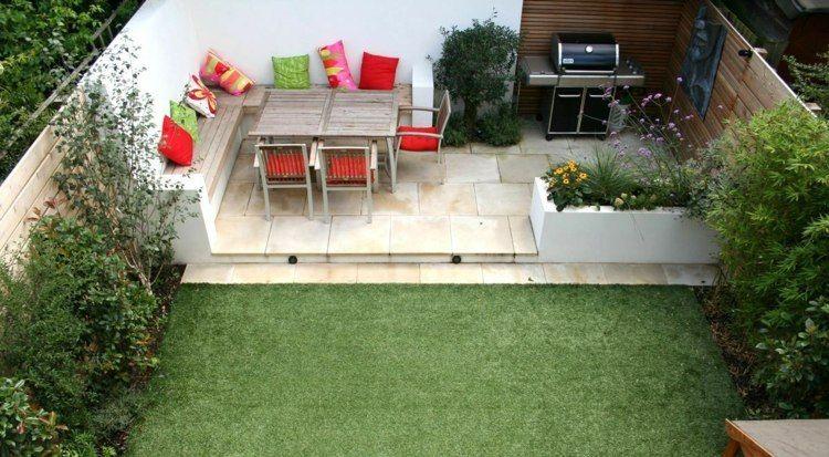 Kleine Garten Terrasse Mit Sitzbank, Esstisch Und Grill