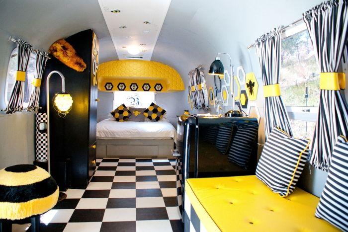 fliesen-schachbrettmuster-schwarz-weiss-gelbe-akzente-wohnmobil ...