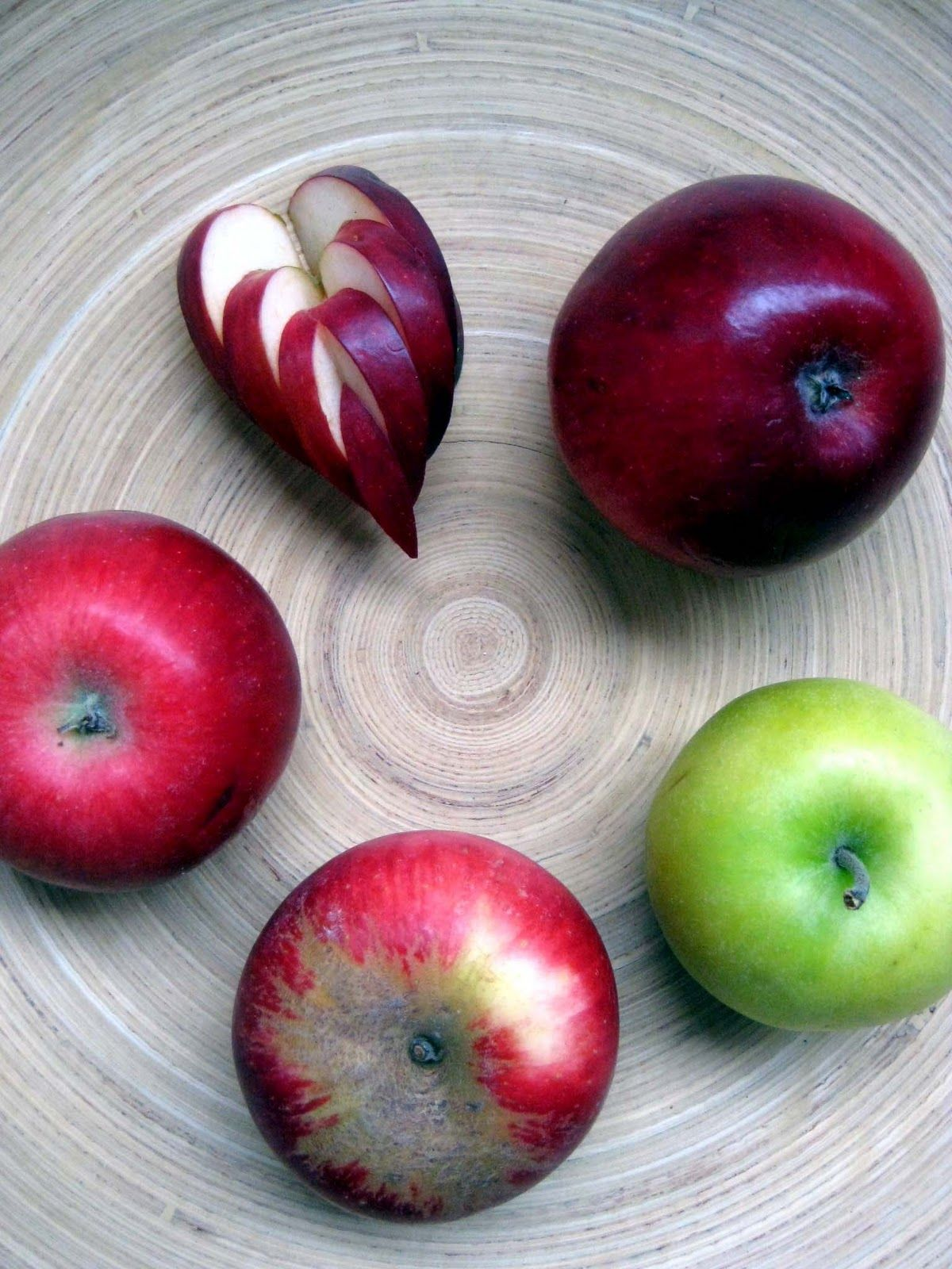 A nice way to use apple for decorating a plate.