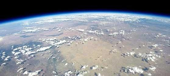 Balloon flight reveals stunning look at Earth: http://yhoo.it/1nxKCD2  Company aims to fly passengers by 2016 pic.twitter.com/UEO5pFRLAX