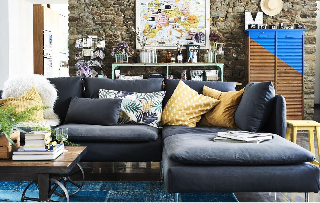 Un soggiorno con un divano grigio e cuscini colorati. | Living room ...