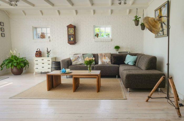ein brauner Teppich, zweiteiliger Couchtisch, braunes Sofa, weiße