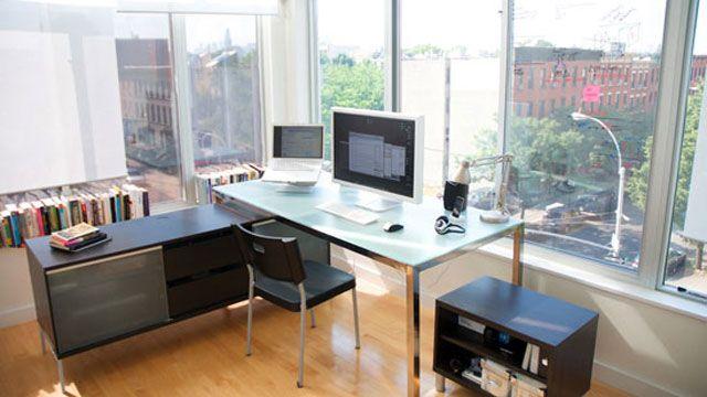 仕事場探訪:まるで出社したかのような錯覚を覚える自宅オフィス