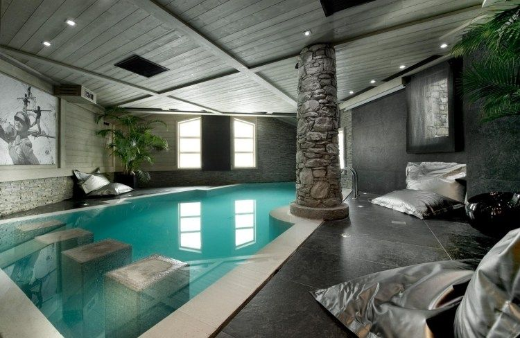 Grande piscine int rieure plage en carrelage gris et plafond bois avec clairage led int gr - Carrelage piscine moderne ...