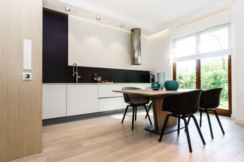 moderne blockküche mit schwarzer küchenrückwand | küchenrückwand, Hause ideen