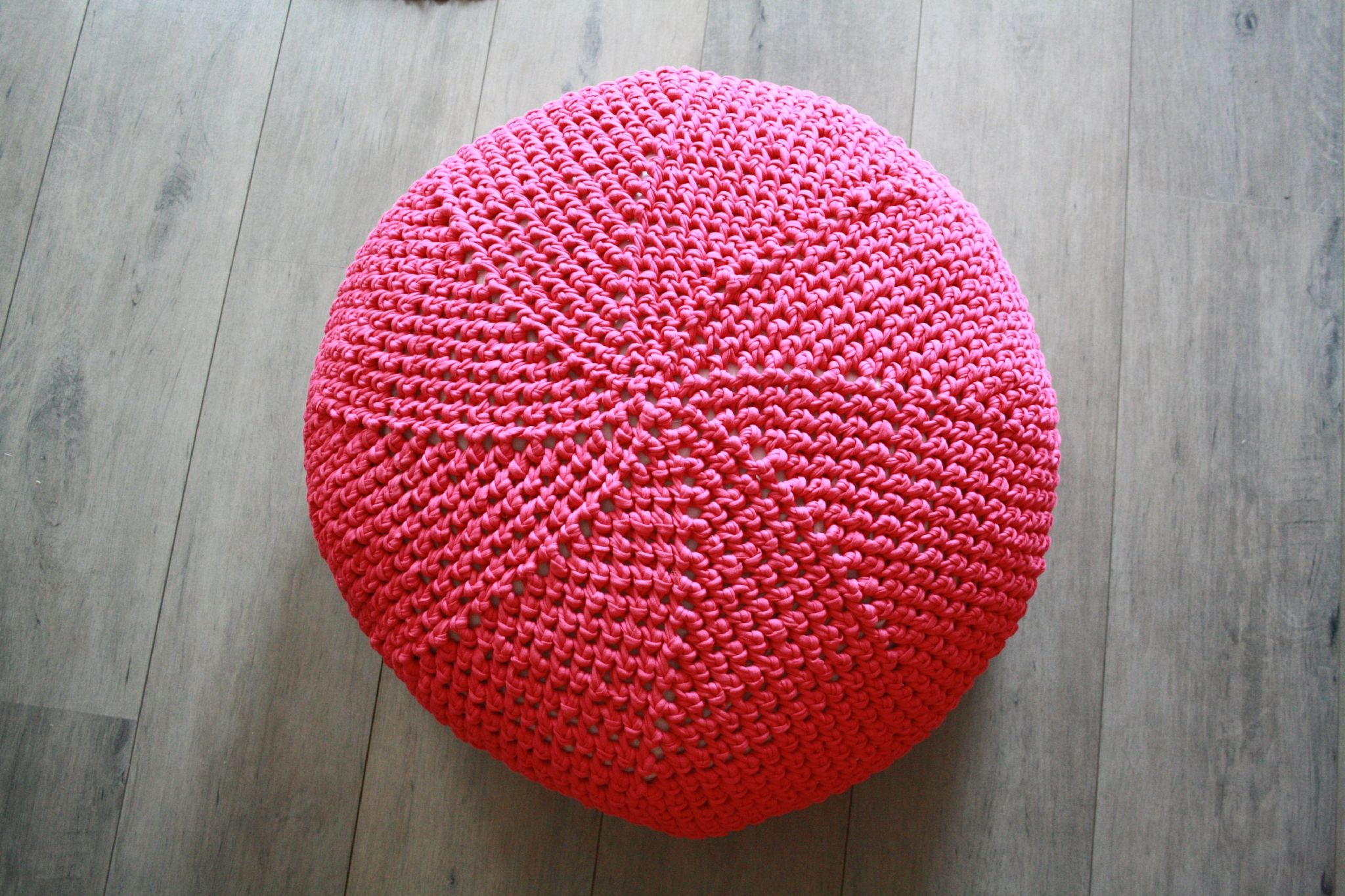 tuto en fran ais d 39 un pouf au crochet crochet pinterest crochet tricot and crochet pouf. Black Bedroom Furniture Sets. Home Design Ideas