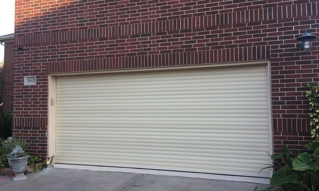Roll Up Garage Doors In 2020 Roll Up Garage Door Garage Door Styles Garage Door Design
