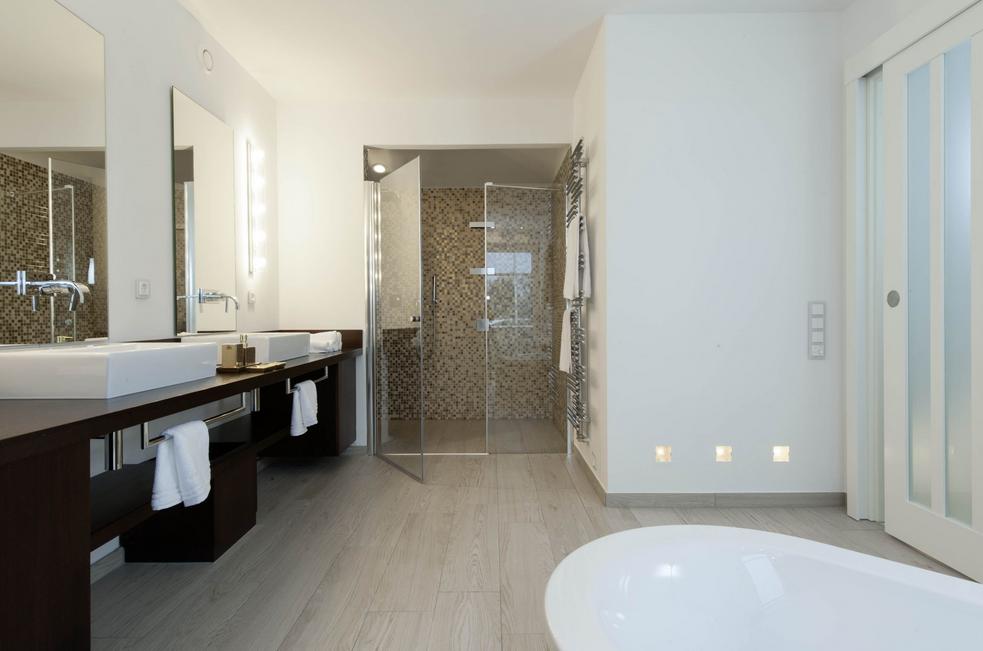 Joop-badezimmer-Badezimmer-mit-weißen-Schattierungen   Badezimmer ...