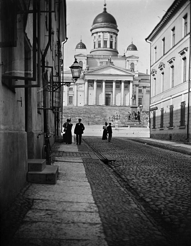 Nikolainkirkko eli nykyinen Tuomiokirkko Sofiankadulta katsottuna vuonna 1915.