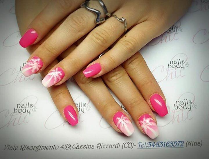 Unghie estive color rosa sfumato con palme