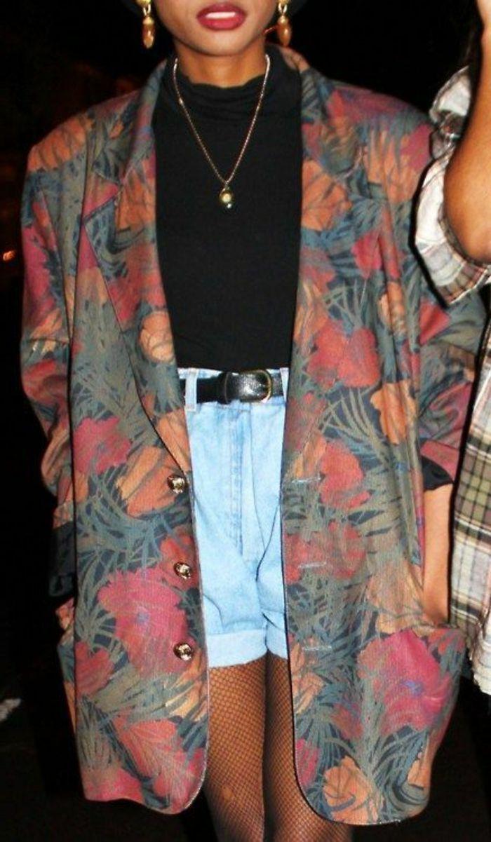 vestiti-anni-80-abbigliamento-sovradimensionato motivi -colorati-pantaloncini-giacca-motivi -floreali-camicetta-calze-rete-cintura-nera 9d8848d4b245