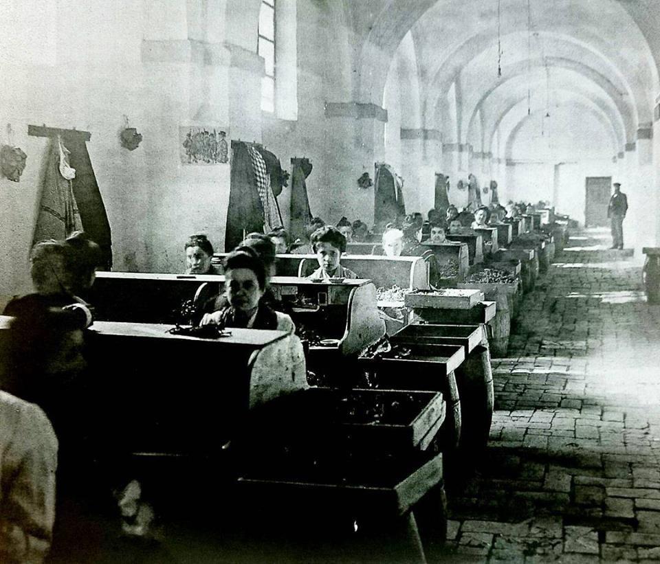 Interior de un taller con cigarreras en la f brica real de - Fabrica de sofas en sevilla ...