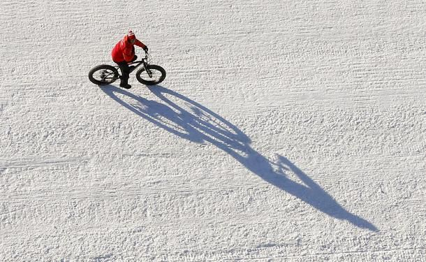 Silvaplana, #Svizzera, un uomo in bici sul lago #Silvaplana