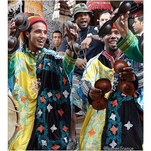 Usher Enjoying the Moroccan Music In Rabat City Gooo Usher  _______________________________________________ I will upload  a Video of him dancing on gnawa music Tomorow insha allah  Dima Maghreb #ProudlyMoroccan