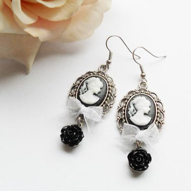 Cameo earrings with bowknot