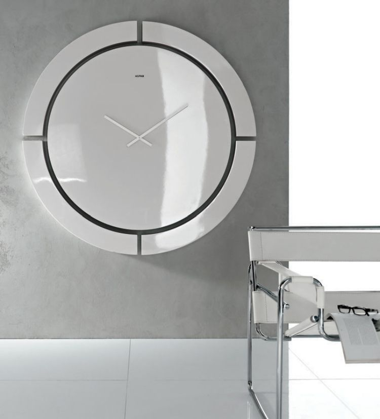 moderne runde Wanduhr in weiß von Alivar