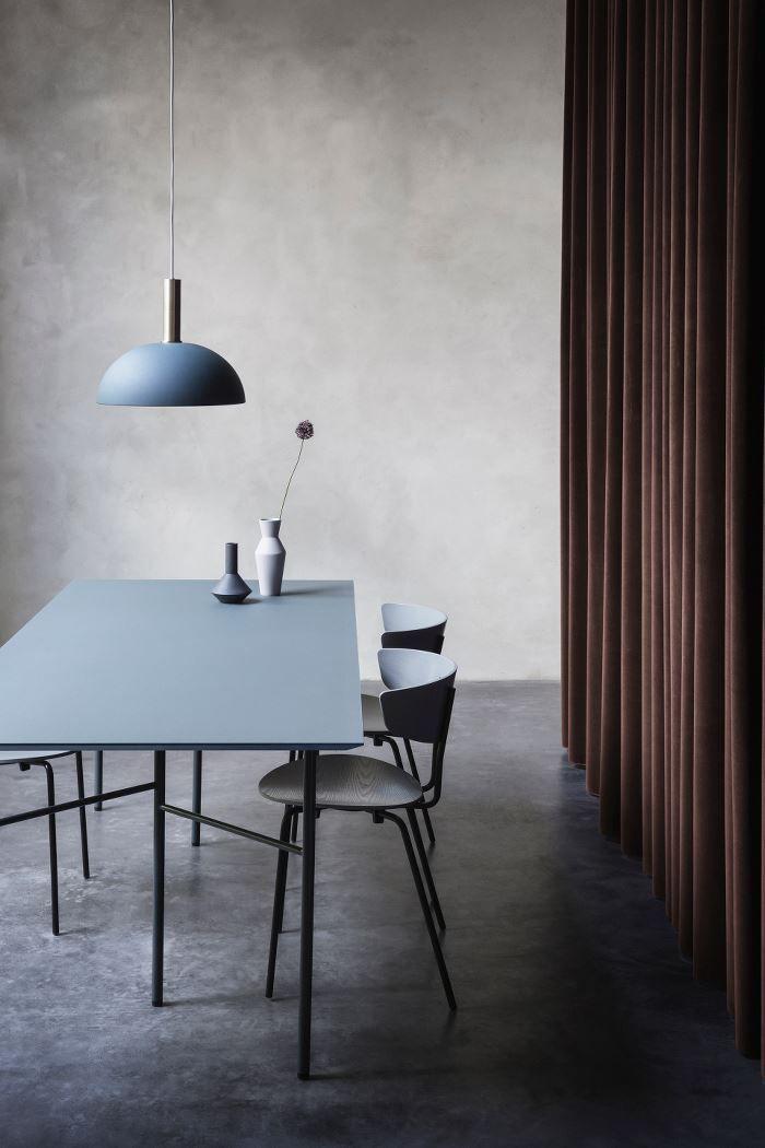Esszimmer Essplatz Esstisch Stühle Leuchte Blau Schwarz Betonboden Modern  Skandinavisch Schlicht Minimalistisch Reduziert Monochrom Wohnen Dekorieren