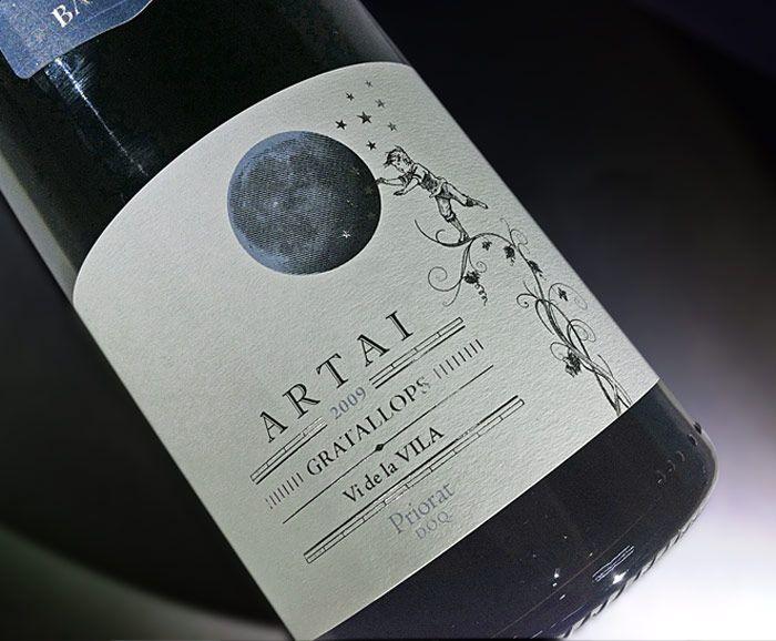 """El celler Cal Batllet se creó en el año 2000 con la restauración del antiguo """"celler"""" familiar situado en Gratallops. La producción proviene exclusivamente del cultivo de viñas própias de hasta 100 años de antigüedad. Lo petit Artai es un homenaje al pequeño de la familia, el niño intenta alcanzar la luna trepando por un viñedo, una imagen simbólica que representa el futuro. #calbatllet #catalanwine #winepackaging #girafadigital"""