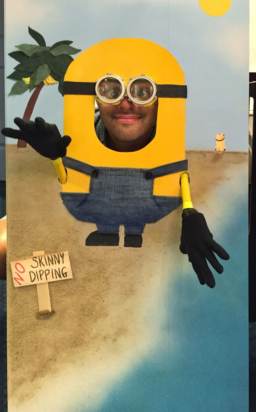Minion Head in the hole photo prop – Face in Hole Birthday Cards