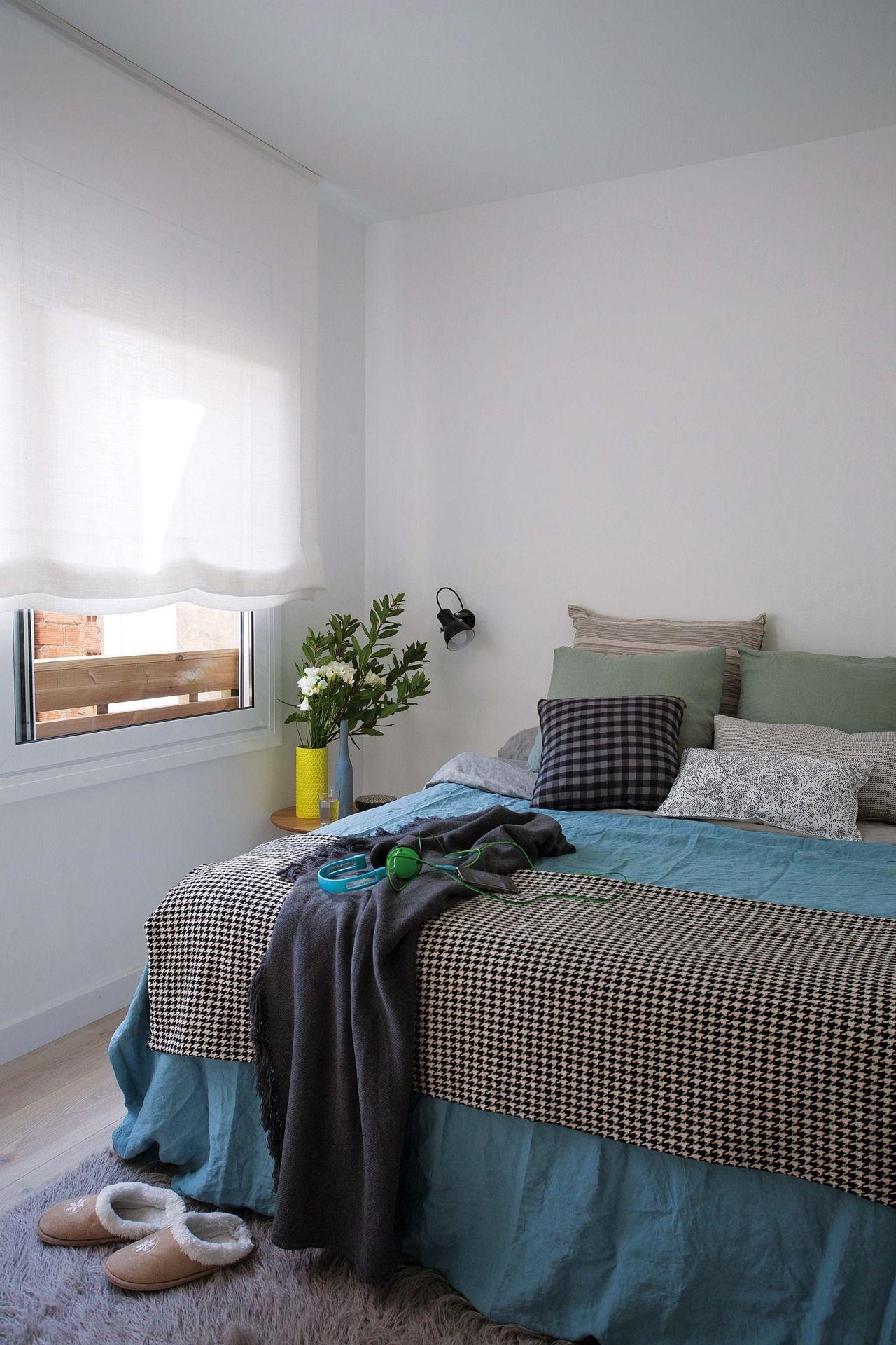 Renovación de un monoambiente en Barcelona: paredes que cayeron, espacios ampliados. Aquí, el dormitorio comunicado con el baño.