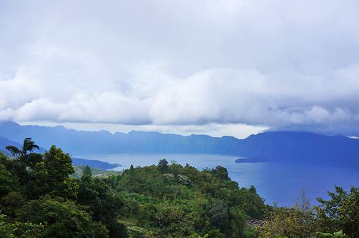 Cycling in Lake Maninjau means you get to enjoy this awesome vista as bonus. Photo by Keshie Hernitaningtyas.