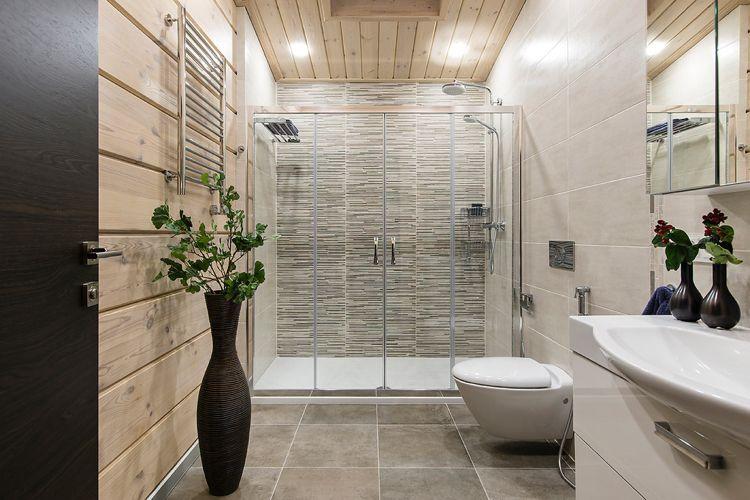Badezimmer Gestaltungsideen, holzverkleidung von wand und decke im badezimmer mit dusche, Design ideen