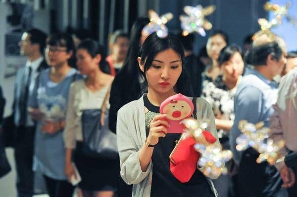 Handmade in Germany Shanghai: Die Besucher sind sichtlich fasziniert von den deutschen Handwerksprodukten