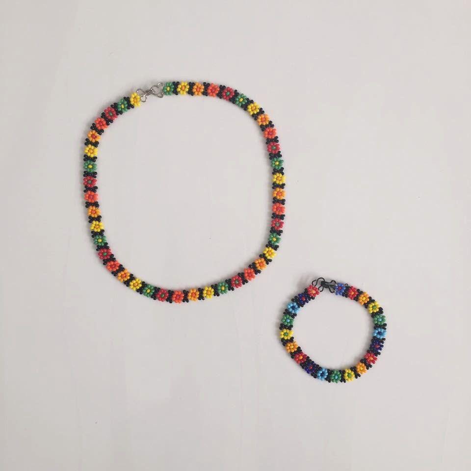 Flower Choker and Bracelet by DahliasArtesania on Etsy https://www.etsy.com/listing/387460622/flower-choker-and-bracelet