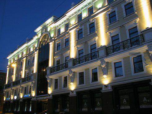 la facciata di un palazzo illuminata con faretti led