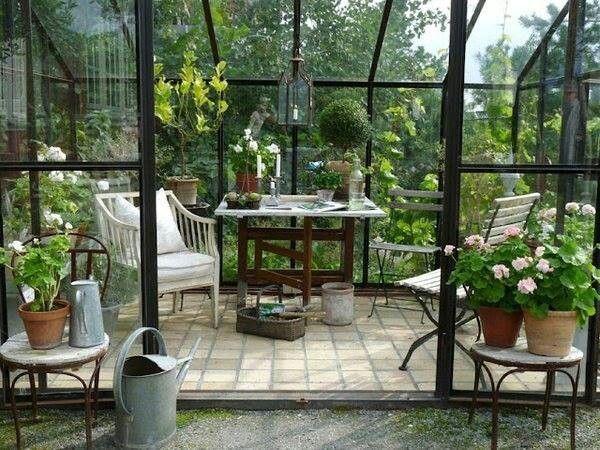Wintergarten Möbel Holz boden Belag Keramik Topfpflanzen Glaswände - tipps pflege pflanzen wintergarten