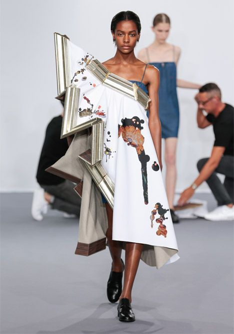 Dutch Fashion Designers Viktor Rolf Transformed Broken Picture Frames Filled With Fabric Into Haute Couture Gowns Durin Couture Fashion Fashion Viktor Rolf
